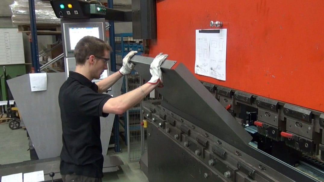 DMA, Hersteller von Industriemaschinen, ist mit einer AMADA-Falzmaschine ausgestattet.